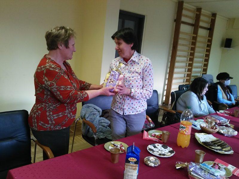 A klub vezetője egy ajándékot ad át egy tagnak a békásmegyeri klubnapon