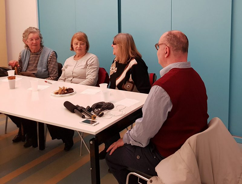 A zuglói klub tagjai a fecske szolgálat bemutatkozását hallgatják egy asztal körül ülve