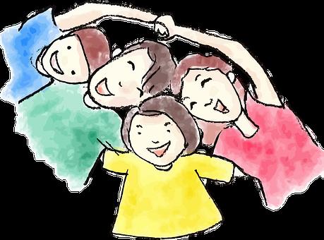 A gyermekrajzon egy vidám család látható: papa-mama-kisfiú-kislány, akik mosolyognak, miközben egymást átkarolják.
