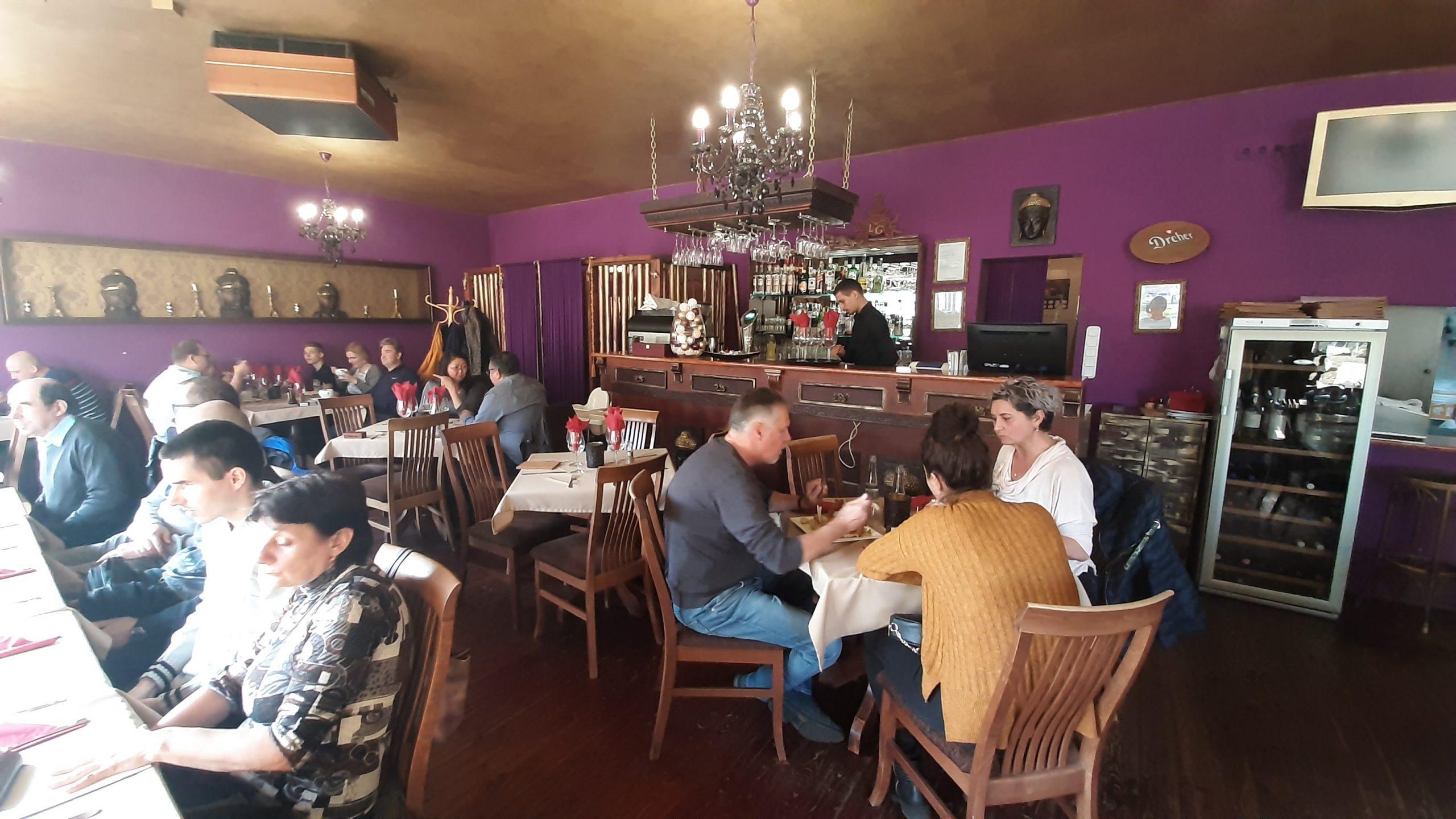 A képen az étterem belső tere látható.