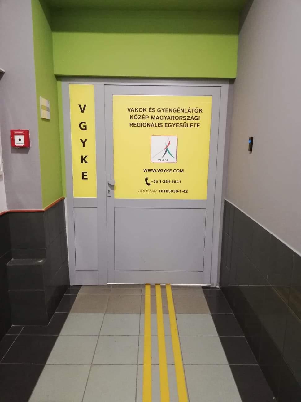 A bejárati ajtó névtáblája
