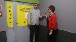 Fodor Ágnes és Orsós Zsolt megnyitják a VGYKE Regionális Központjának ajtaját.