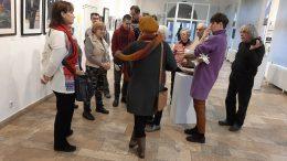 A klubtagok Skoda Éva festőművészt hallgatják.