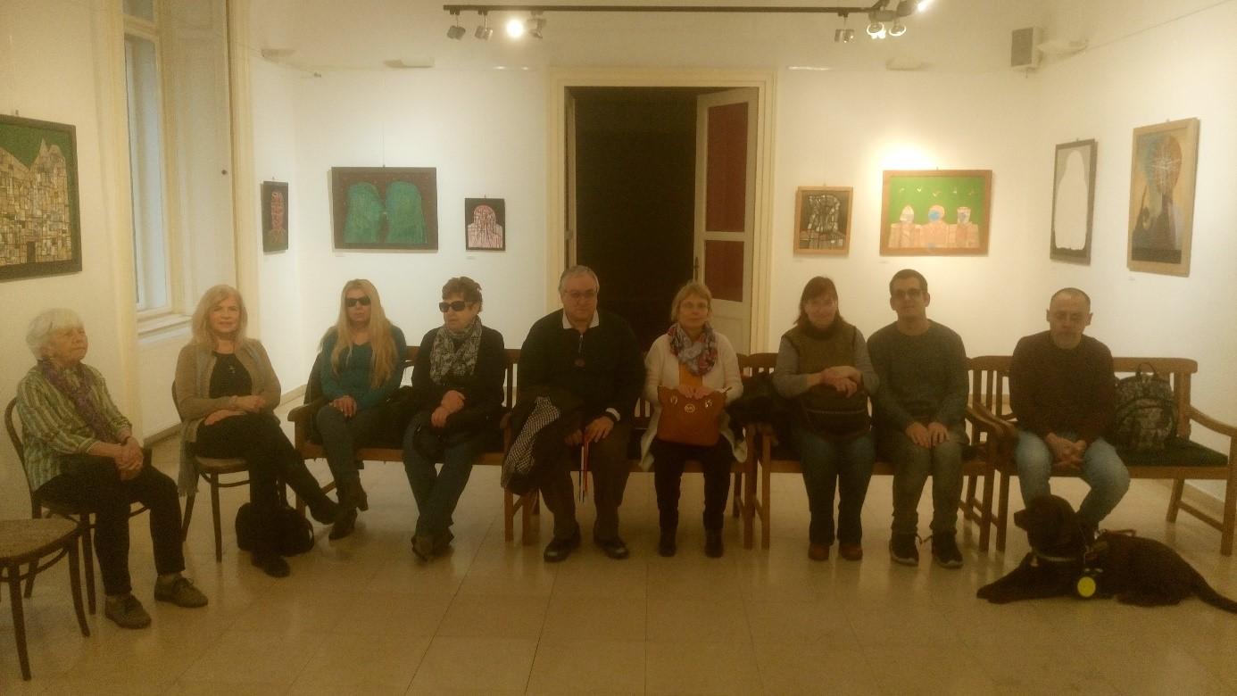 A képen a résztvevő csoport látható, valamint 2 tagunk, aki a levélmérleget tapintja