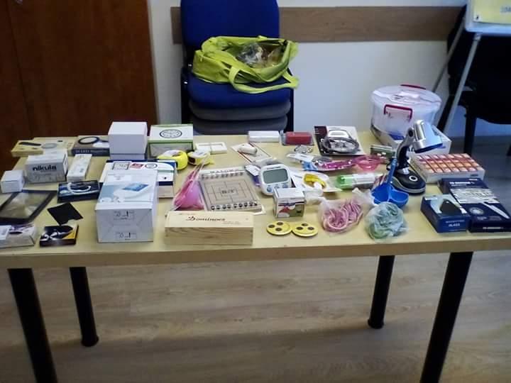 A képen a bolt termékei láthatók az asztalon.