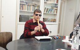 Domoszlai János kenán játszik.