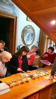 A tagok pralinét készítenek.