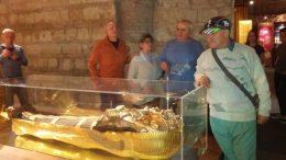 Tagok a Tutanhamon múmiája mellett