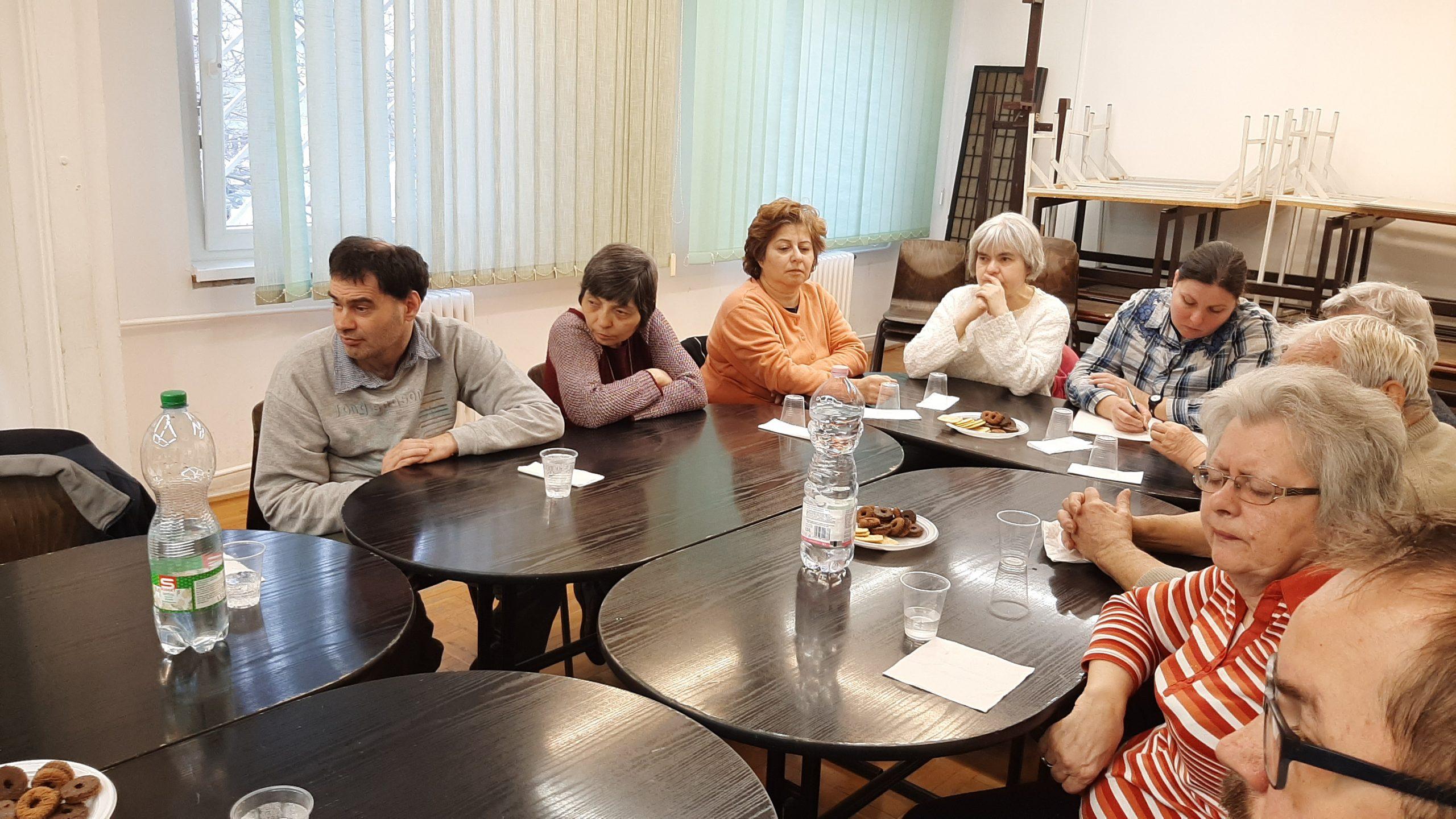 A klubtagok dr. Ozvári-Lukács Ádám előadását figyelik.