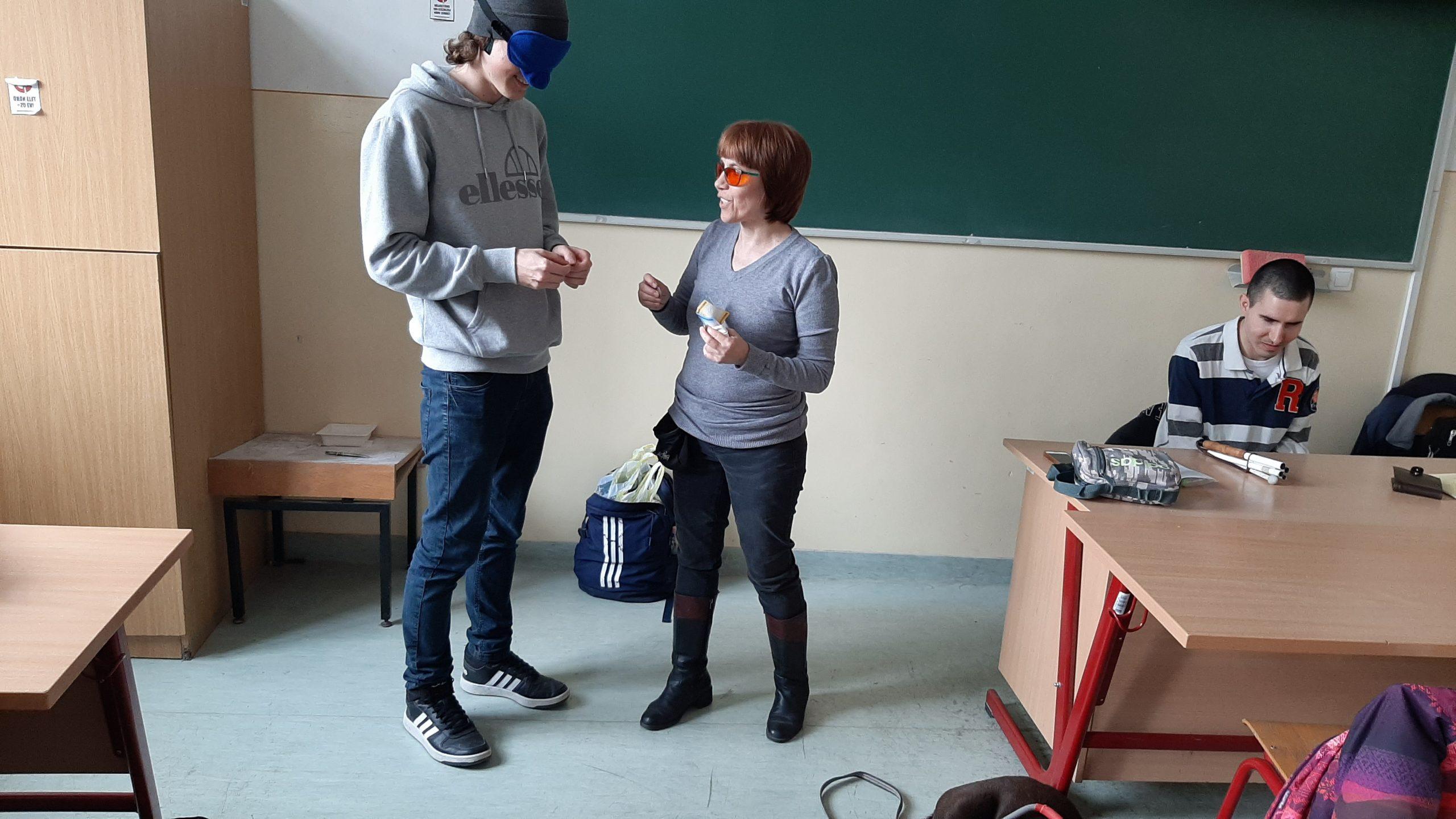 A diákok a bankjegyeket próbálják felismerni bekötött szemmel.