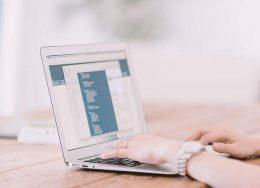 A képen laptopon gépelő kezek láthatók.