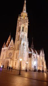 A képen a Mátyás-templom látható esti kivilágításban.