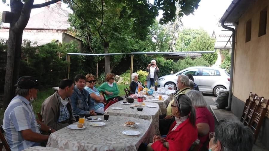 A tagok az asztal körül ülnek.
