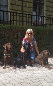 A táborvezető a három kutyával