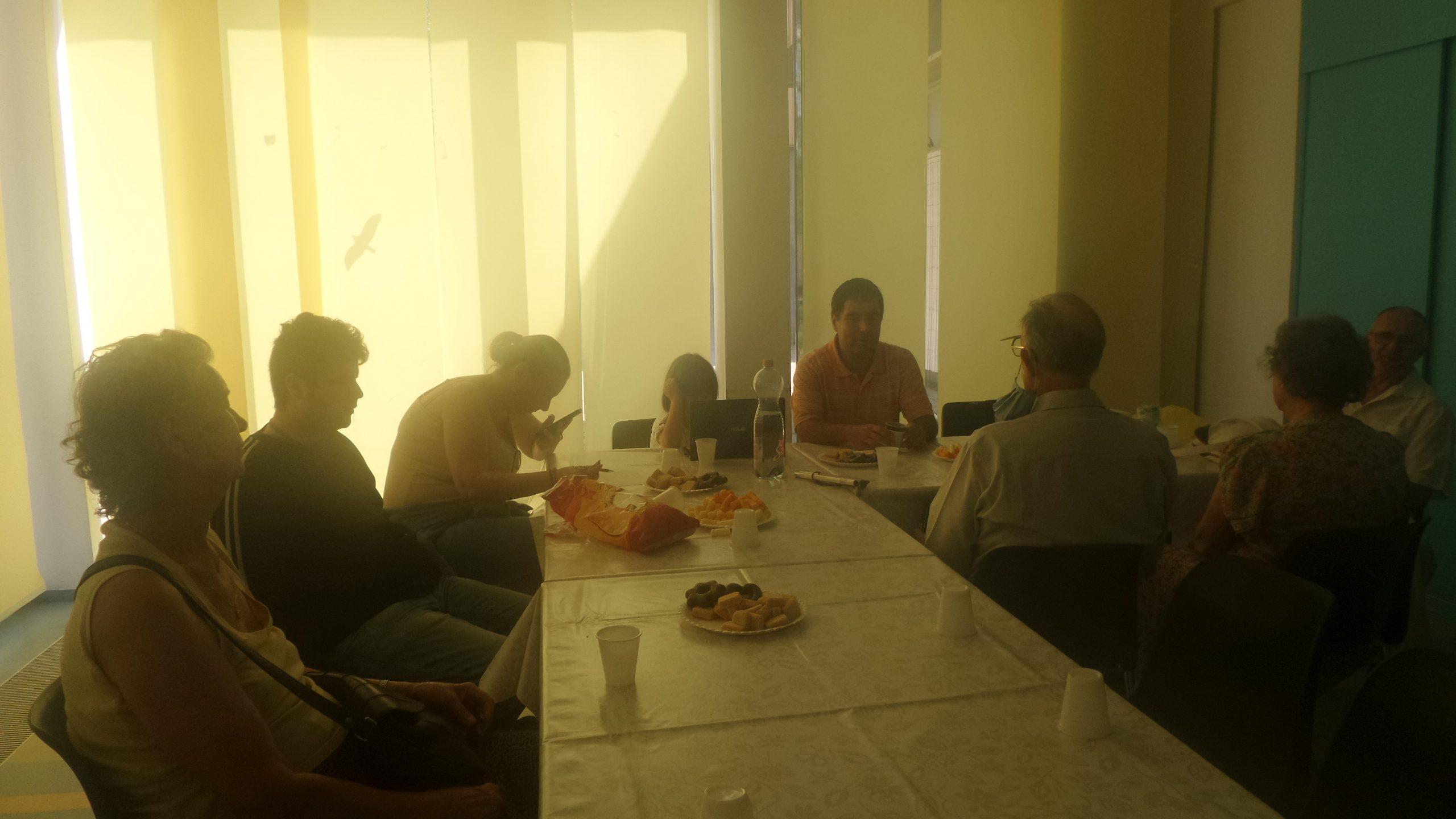 A képen a tagok Ozvári-Lukács Ádám jogász előadását hallgatják.