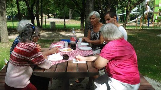 A tagok piknikeznek.