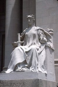 A képen a római Iustitia istennő látható, aki az igazságszolgáltatás megszemélyesítője.