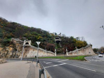 A szobor a hídról nézve