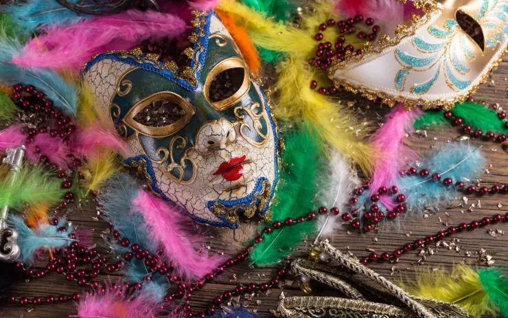 A képen egy női farsangi álarc látható, színes környezetben.