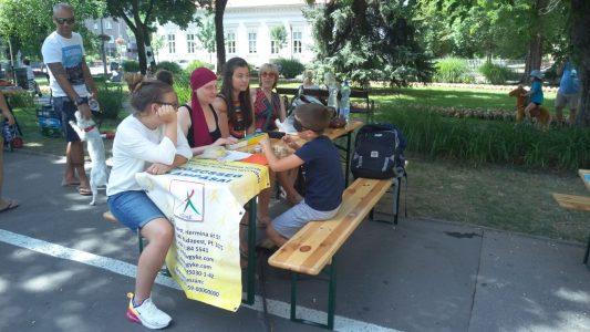 A Szent László napok érzékenyítésén az érdeklődők láthatók a VGYKE asztalánál a Szent László téren.