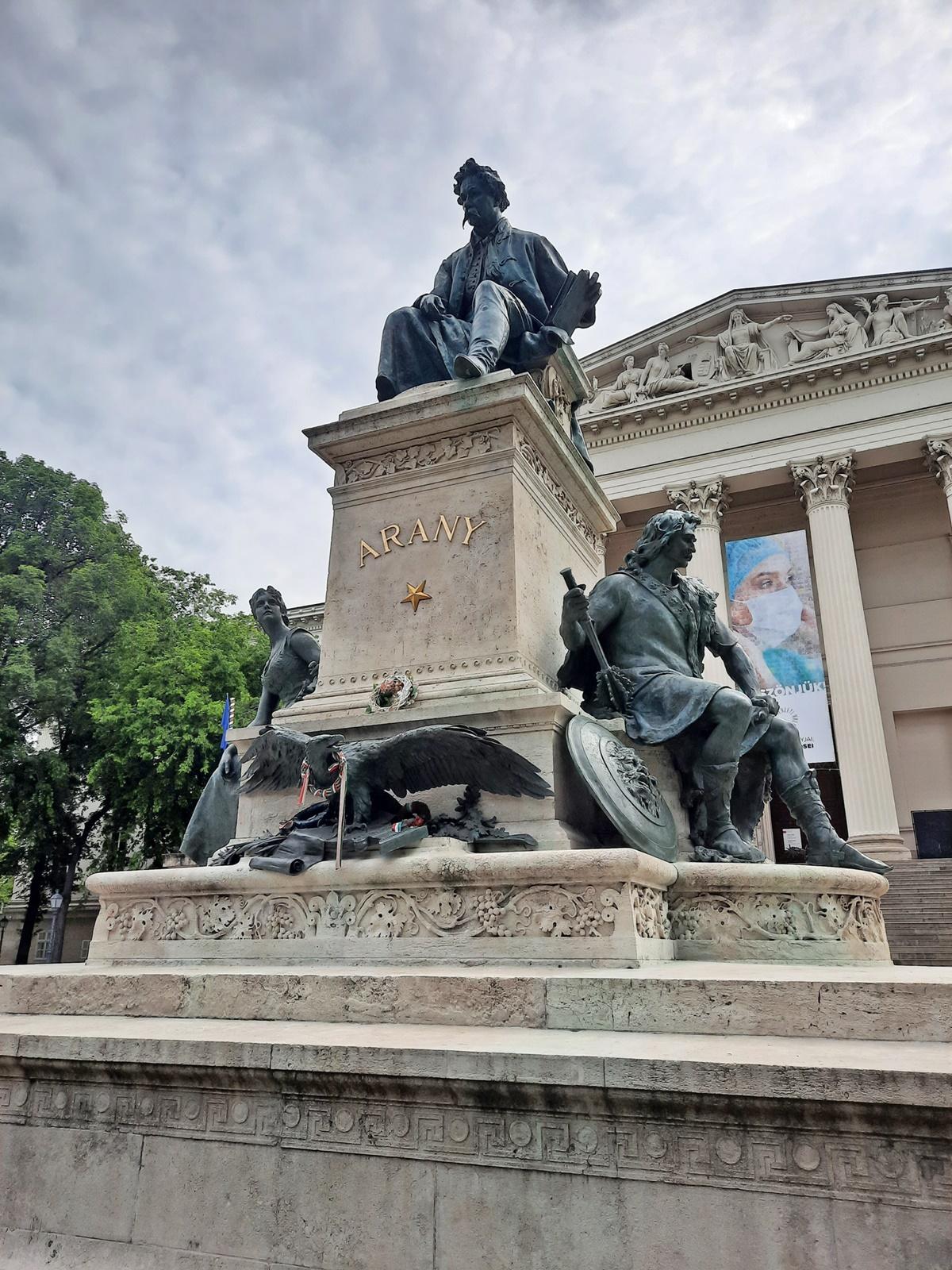 A szoborcsoport három alakja