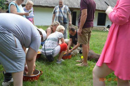 Az egyik csoport tagjai kukoricát morzsolnak.