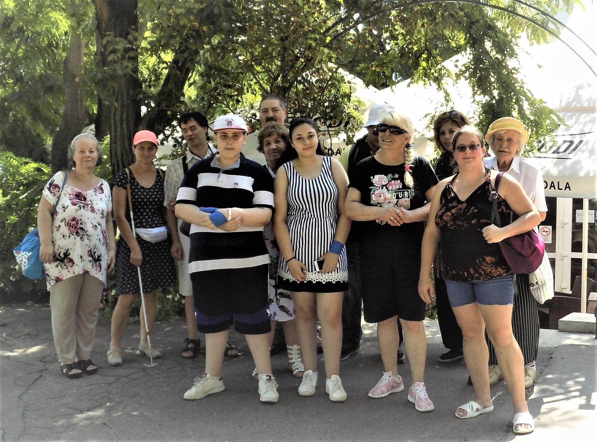 A klubtagok a Széchenyi Kerthelyiség előtt állnak.