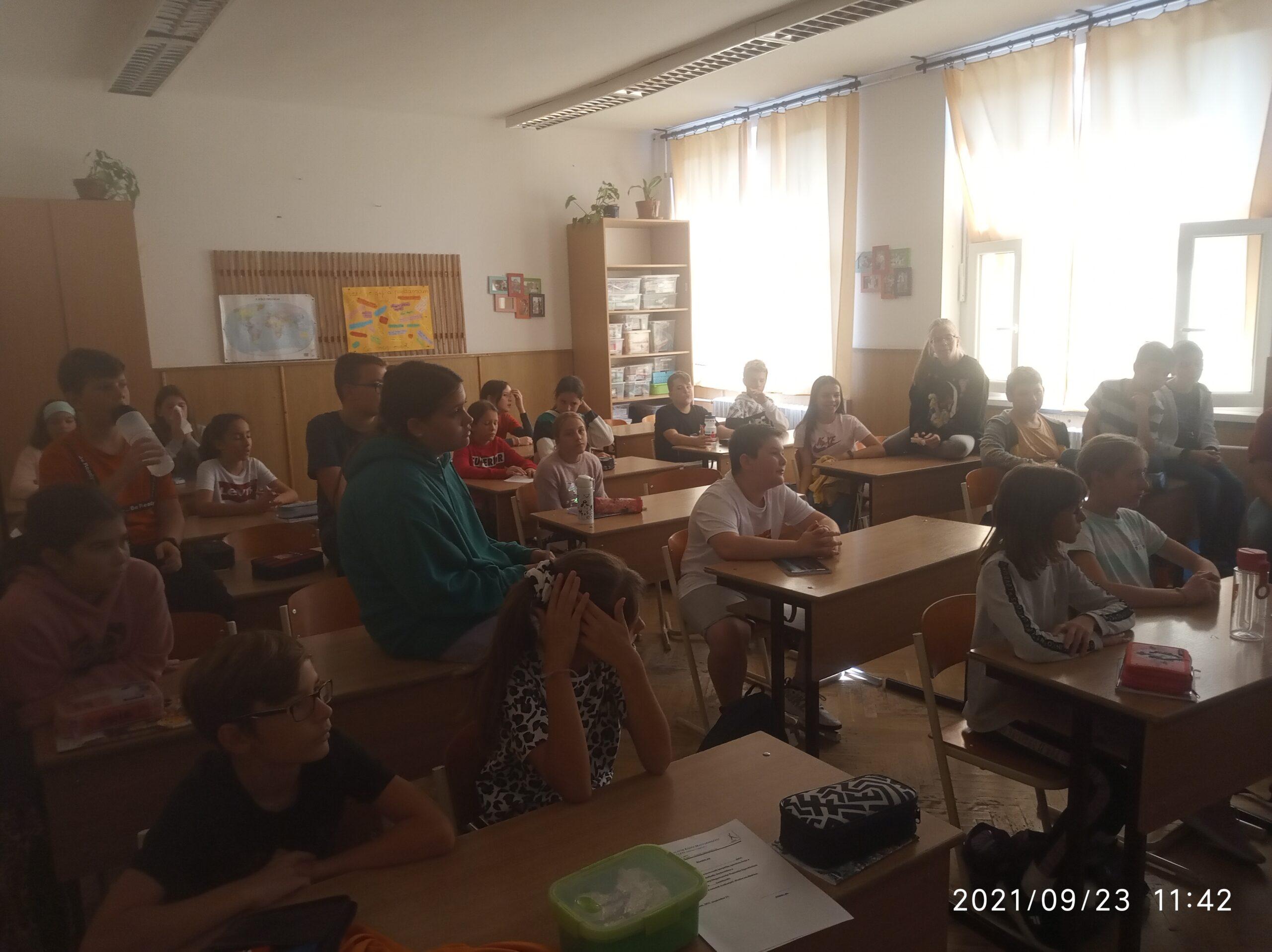 A diákok érdeklődve hallgatják az érzékenyítő csapat előadását.