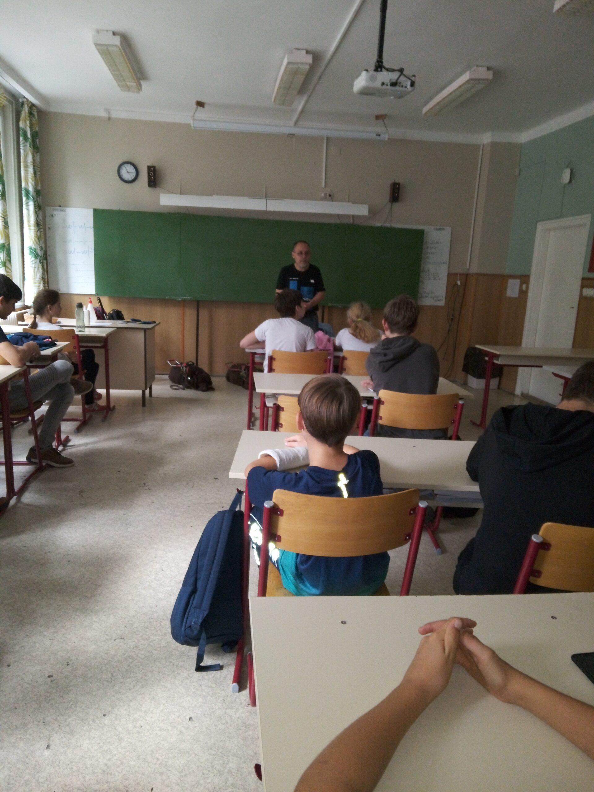 Tanai Csaba bemutatkozik a diákoknak.